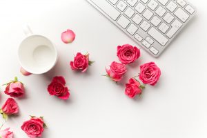 shutterstock_453295234-white-keyboard-pink-roses